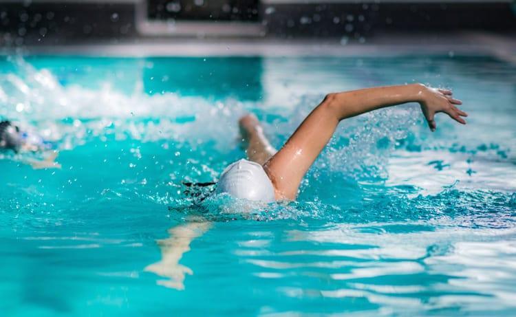 Persona nadando en un hotel con piscina en Cali